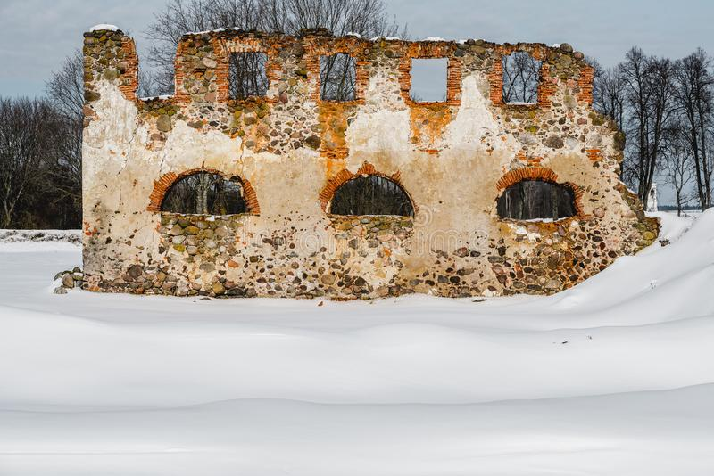 Vieilles ruines abandonnées de manoir en Lithuanie République de Pavlov de République de Paulava photographie stock libre de droits