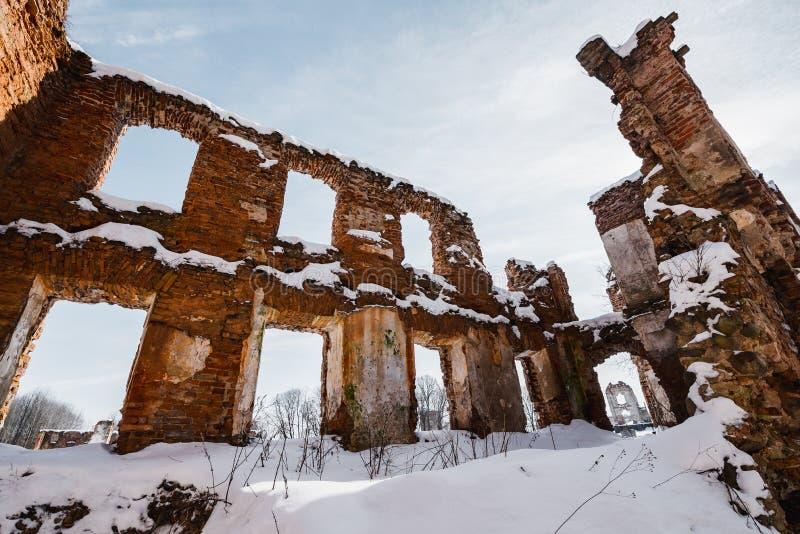 Vieilles ruines abandonnées de manoir en Lithuanie République de Pavlov de République de Paulava images stock