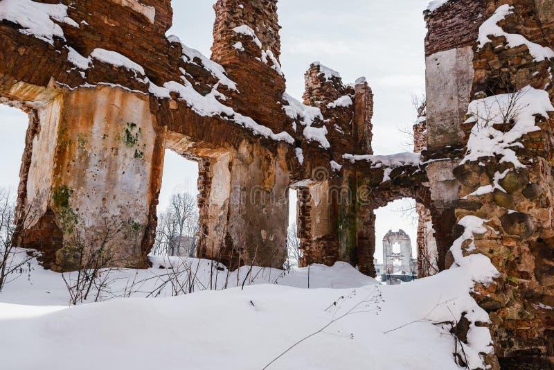 Vieilles ruines abandonnées de manoir en Lithuanie République de Pavlov de République de Paulava photographie stock