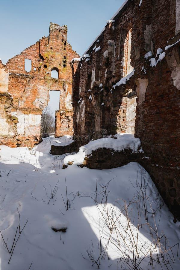 Vieilles ruines abandonnées de manoir en Lithuanie République de Pavlov de République de Paulava photos stock