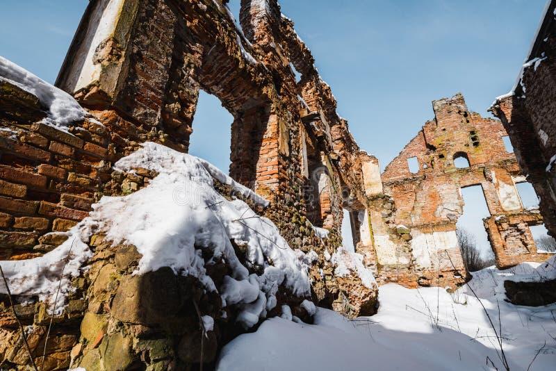 Vieilles ruines abandonnées de manoir en Lithuanie République de Pavlov de République de Paulava images libres de droits