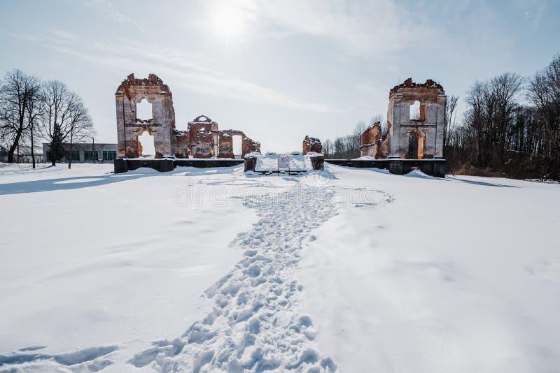 Vieilles ruines abandonnées de manoir en Lithuanie République de Pavlov de République de Paulava image libre de droits