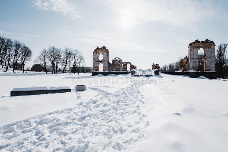 Vieilles ruines abandonnées de manoir en Lithuanie République de Pavlov de République de Paulava photo stock