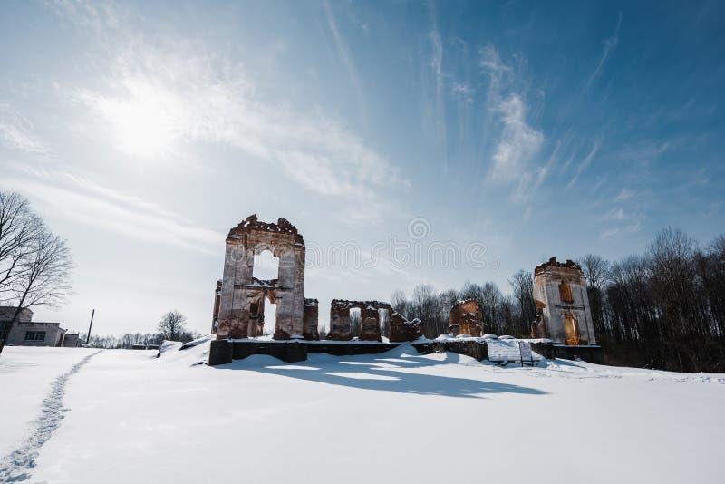 Vieilles ruines abandonnées de manoir en Lithuanie République de Pavlov de République de Paulava photos libres de droits