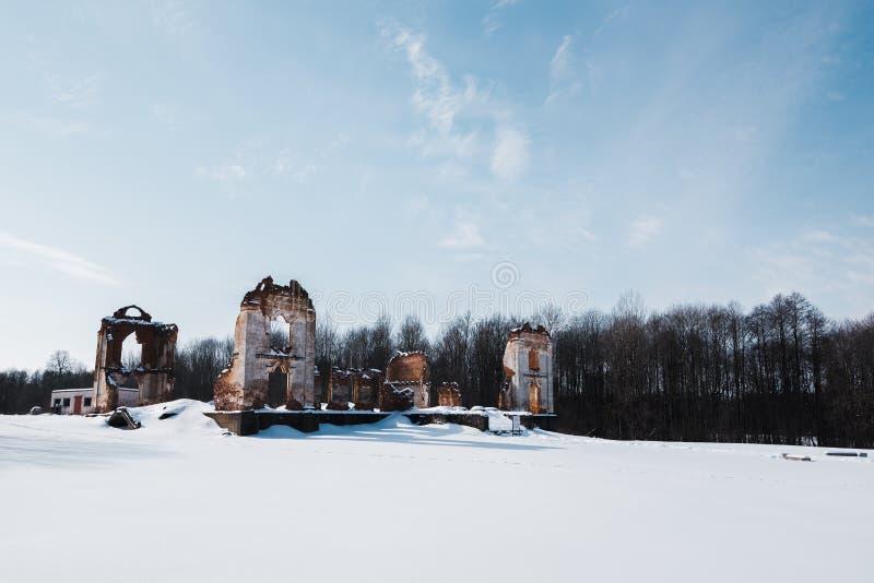 Vieilles ruines abandonnées de manoir en Lithuanie République de Pavlov de République de Paulava photo libre de droits