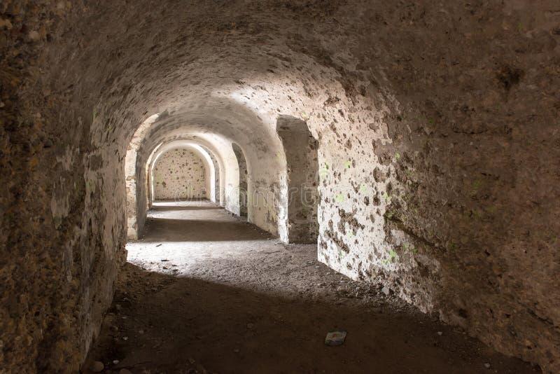 Vieilles ruines de fort de guerre sur la plage images stock