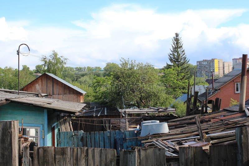 Vieilles ruines en bois de maisons abandonnées dans la cour sibérienne de village de conseils photographie stock libre de droits