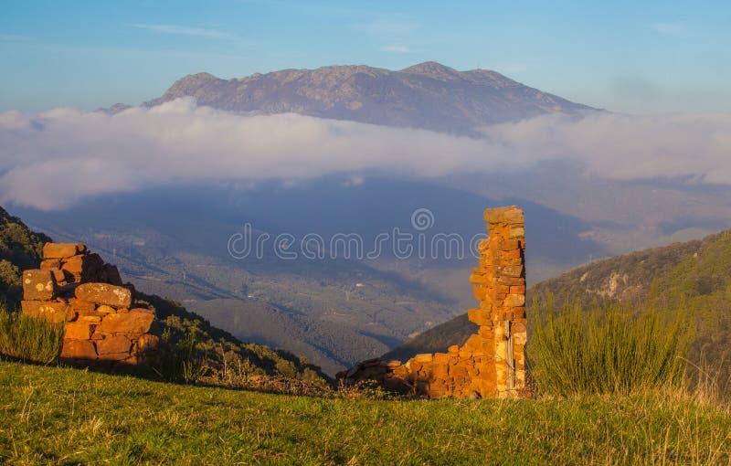 Vieilles ruines et massif de Montseny photos libres de droits
