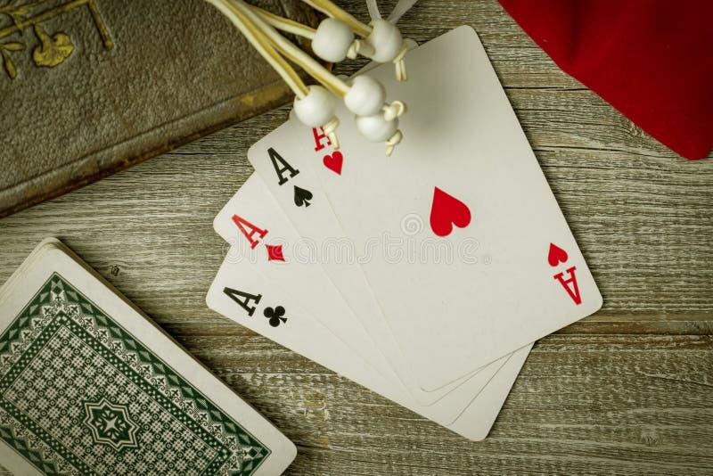 Vieilles Sainte Bible et cartes sur la table en bois Misticism et fortune indiquant, futur concept de prévision photographie stock libre de droits
