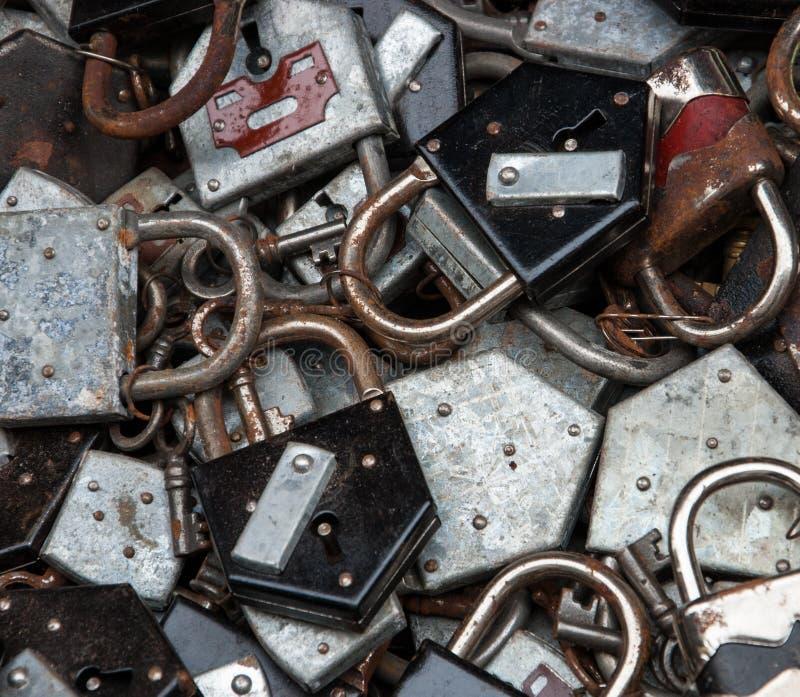 Vieilles serrures rouillées et clés au marché aux puces à Paris. image libre de droits