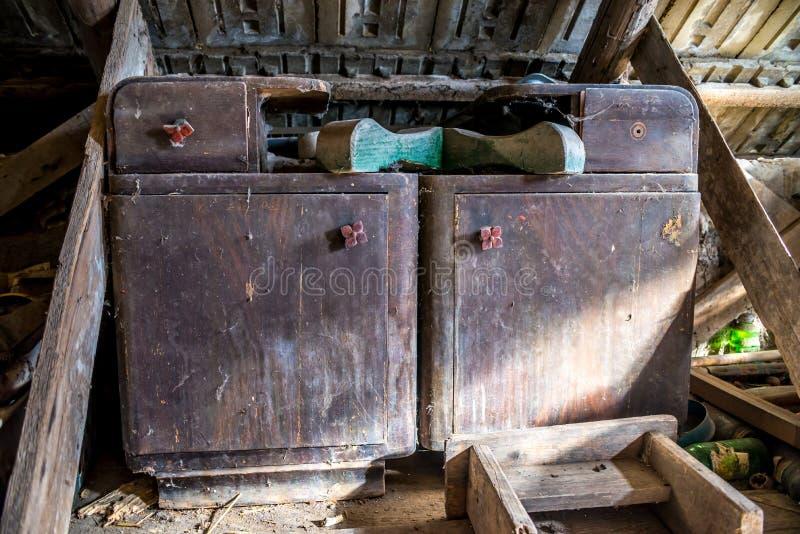 Vieilles tables de chevet abandonnées, laissées sur le grenier image stock