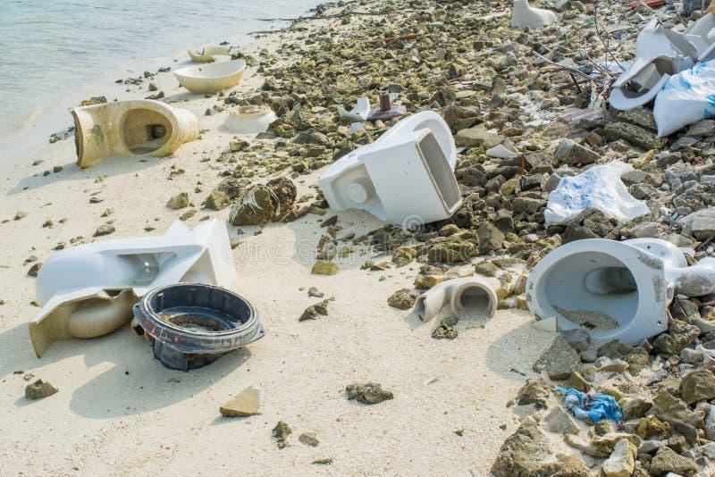 Vieilles toilettes cassées sur la plage tropicale photo stock