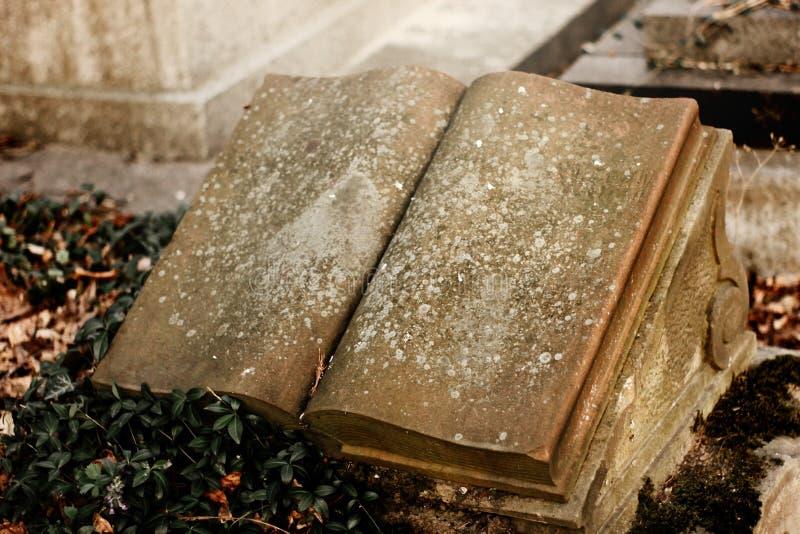Vieilles tombes en pierre sur des tombes sur le cimetière antique en Europe photos stock