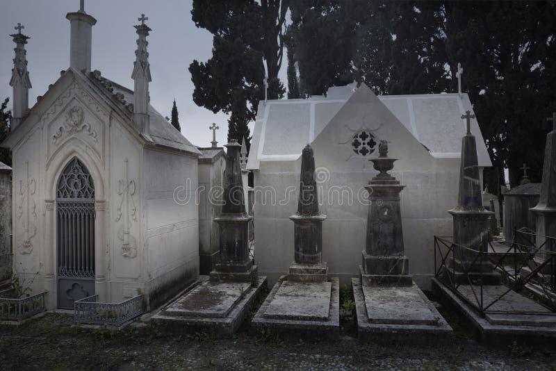 Vieilles tombes tristes de cimetière photos stock