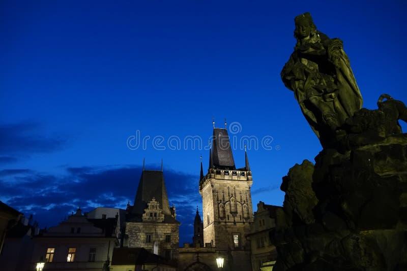 Vieilles tours de Prague dans la nuit image stock