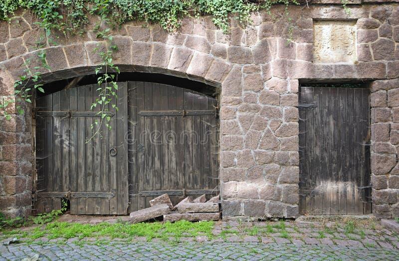 Vieilles trappe et porte en bois photos stock
