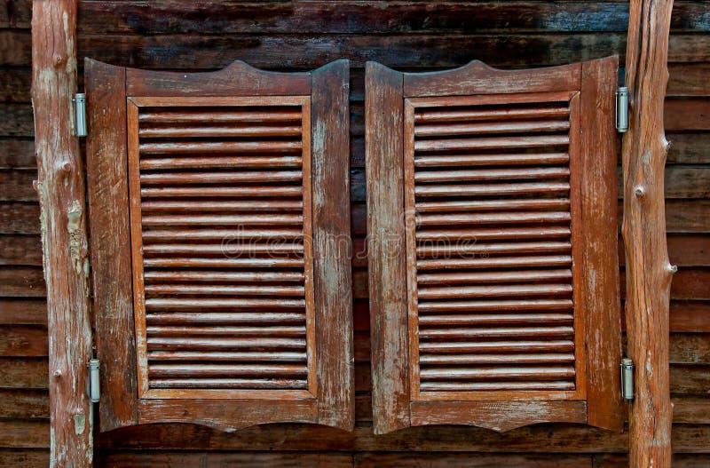 Vieilles trappes en bois de oscillation occidentales de salle images libres de droits