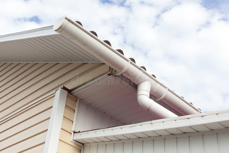 Vieilles tuiles de toit dangereuses d'amiante photos libres de droits