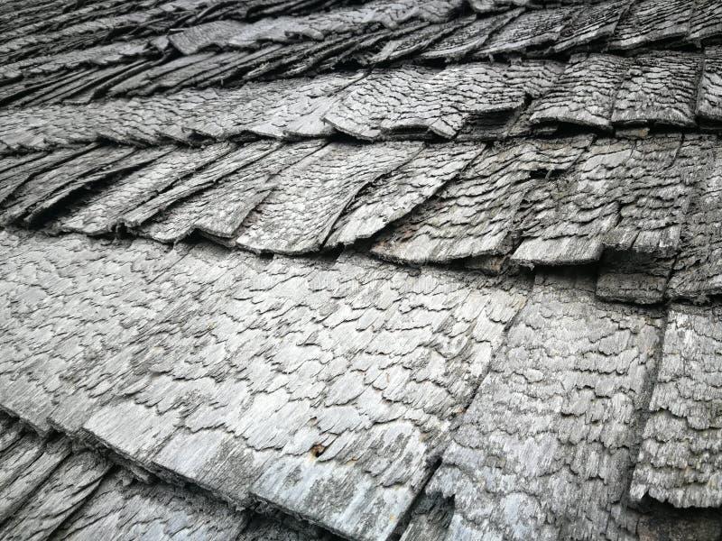 Vieilles tuiles de toit en bois images libres de droits