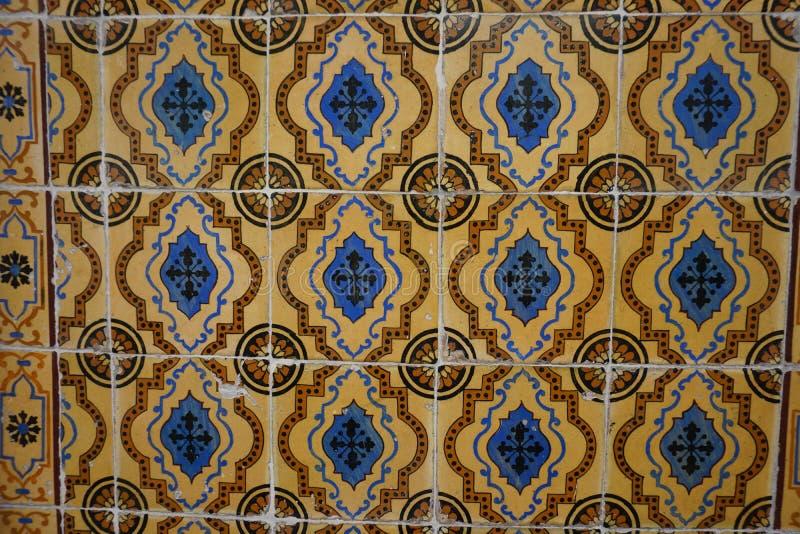 Vieilles tuiles oranges d'Azulejos avec l'ornement bleu et brun photo libre de droits
