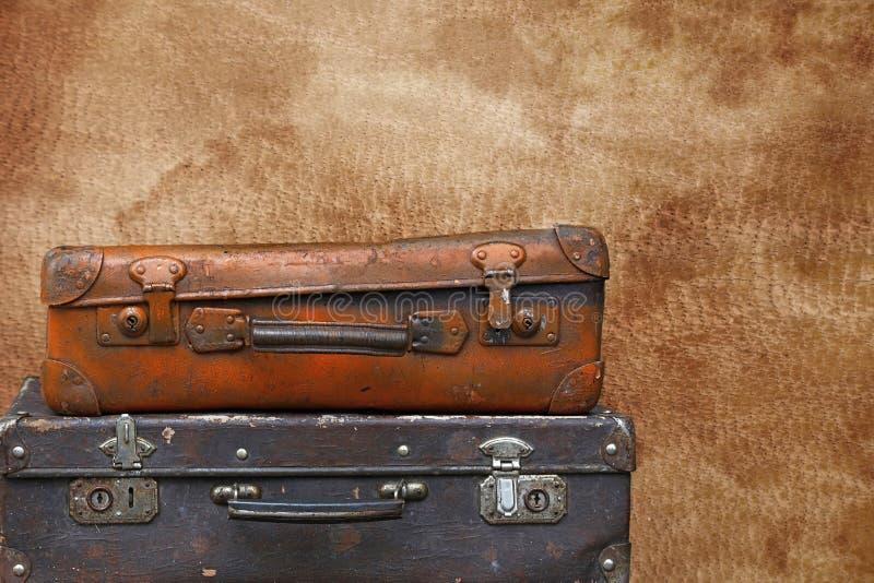 Vieilles valises de voyage de cru au-dessus de cuir brun images stock
