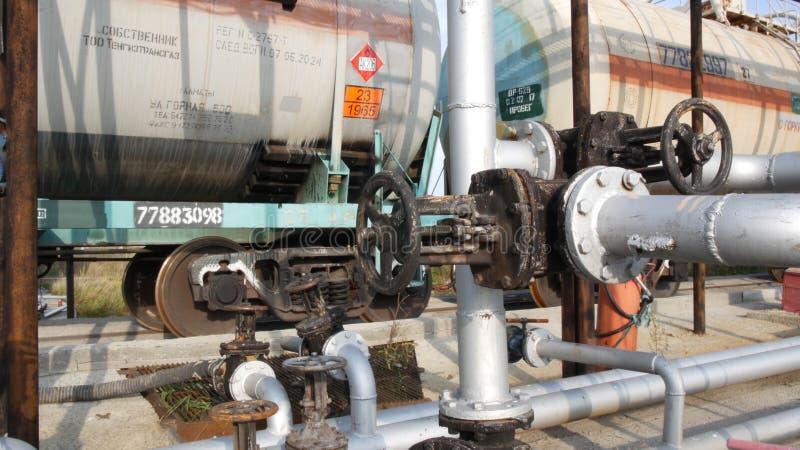 Vieilles valves de transfert de carburant sur un bâtiment dans la zone industrielle barre Vieux la valve de carburant à la ferme  image stock