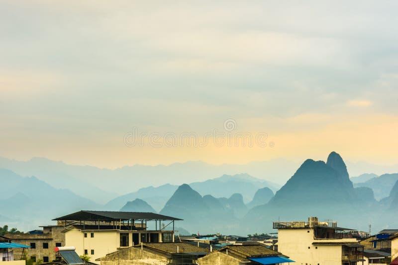 Vieilles ville et montagnes de Daxu images stock