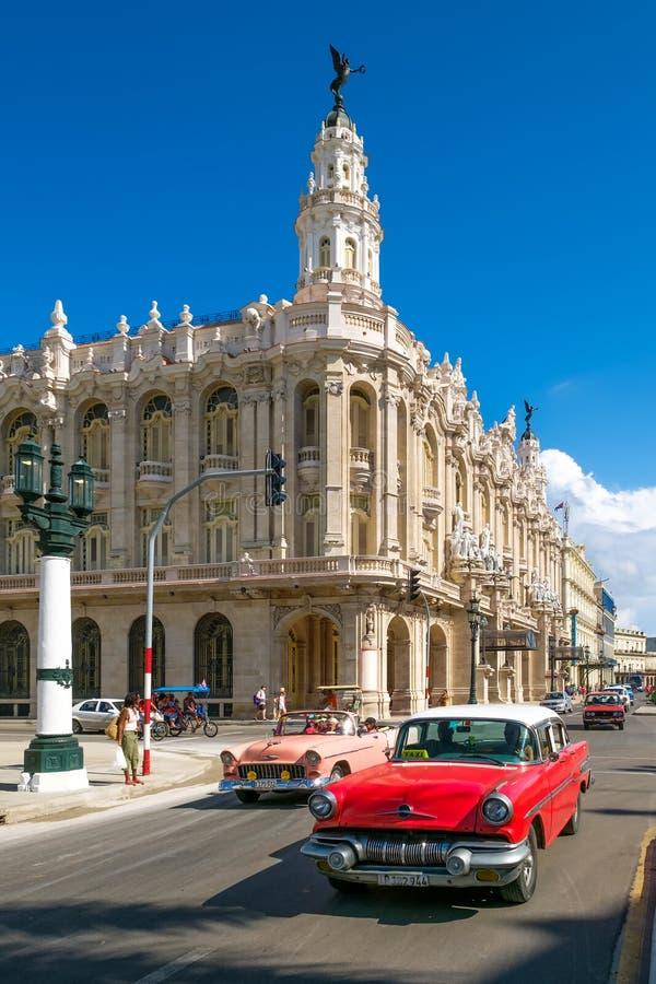 Vieilles voitures classiques à côté du grand théâtre à La Havane du centre image stock