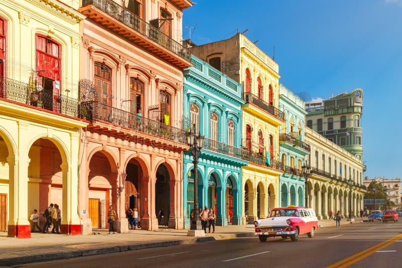 Vieilles voitures classiques et bâtiments colorés à La Havane du centre photo stock