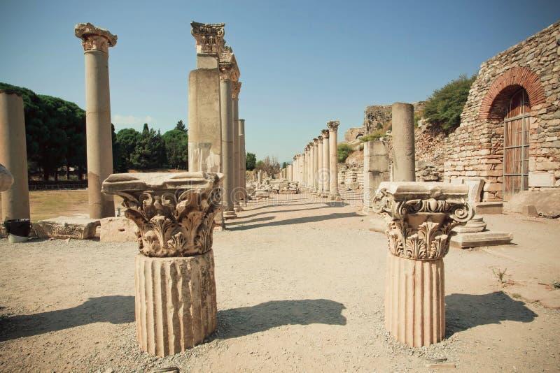 Vieja área de la ciudad con las columnas quebradas y las paredes defensivas arruinadas de la ciudad Griego-romana Ephesus foto de archivo