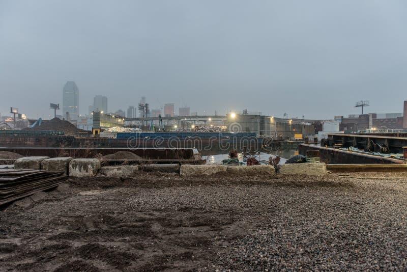 Vieja área industrial abandonada oxidada en ciudad fotos de archivo
