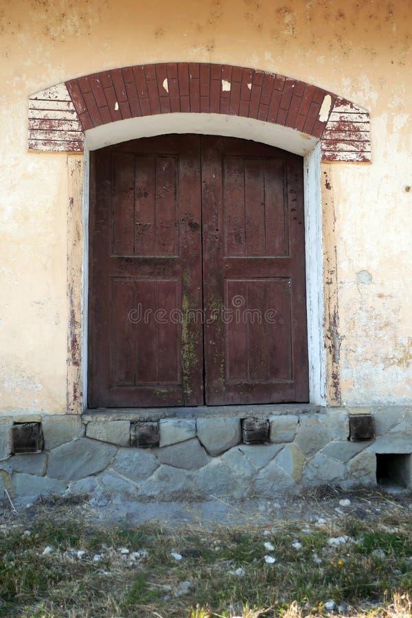 Vieja abertura de madera de la puerta de un viejo imagen de archivo libre de regalías