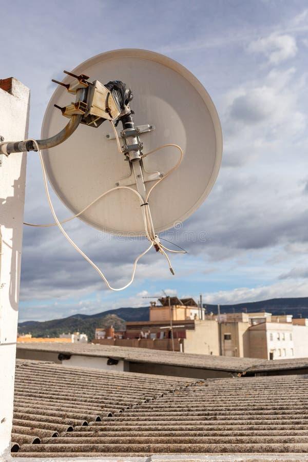 Vieja antena parabólica en el edificio del apartament en España Día asoleado fotografía de archivo libre de regalías