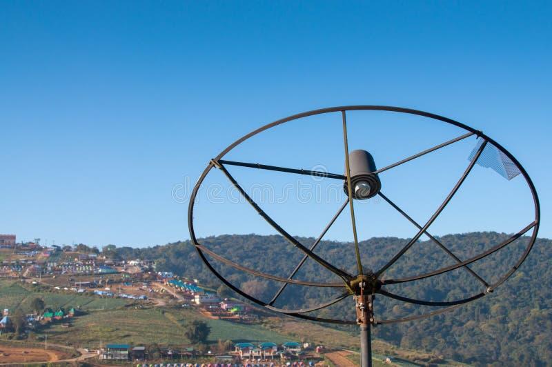 Vieja antena parabólica en montaña foto de archivo libre de regalías