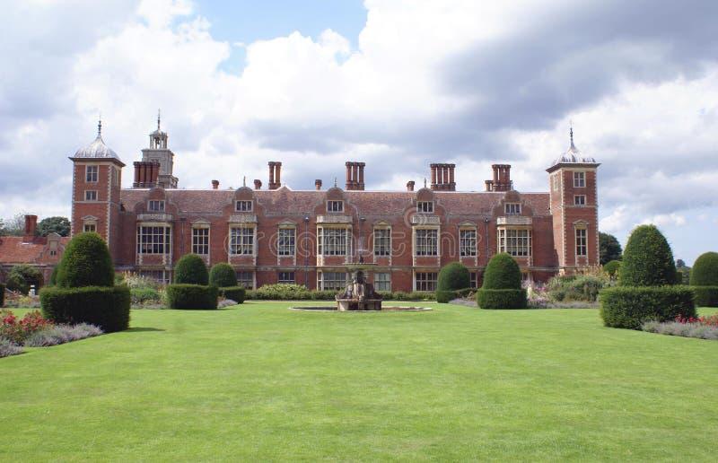Vieja arquitectura adornada con una fuente y los árboles del topiary imagen de archivo