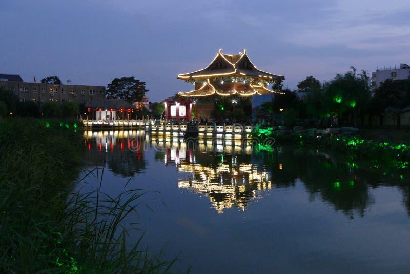 Vieja arquitectura de China en la noche imágenes de archivo libres de regalías
