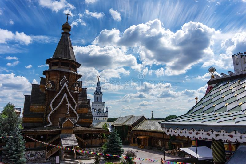 Vieja arquitectura de madera rusa dentro de Izmaylovsky el Kremlin en Moscú fotos de archivo