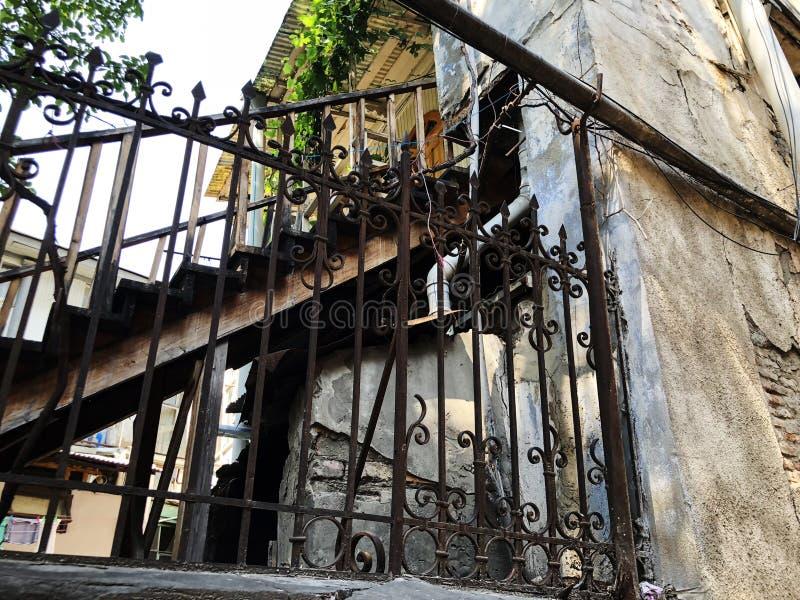 Vieja arquitectura de Tbilisi, puertas del hierro, escaleras, ventanas y decoración exterior en día de verano imagen de archivo