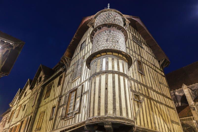Vieja arquitectura de Troyes en la noche fotografía de archivo libre de regalías
