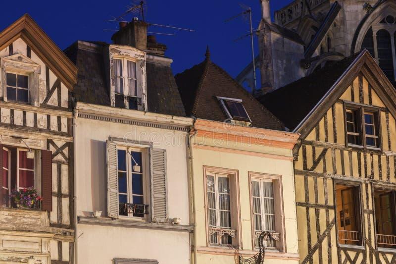 Vieja arquitectura de Troyes en la noche foto de archivo