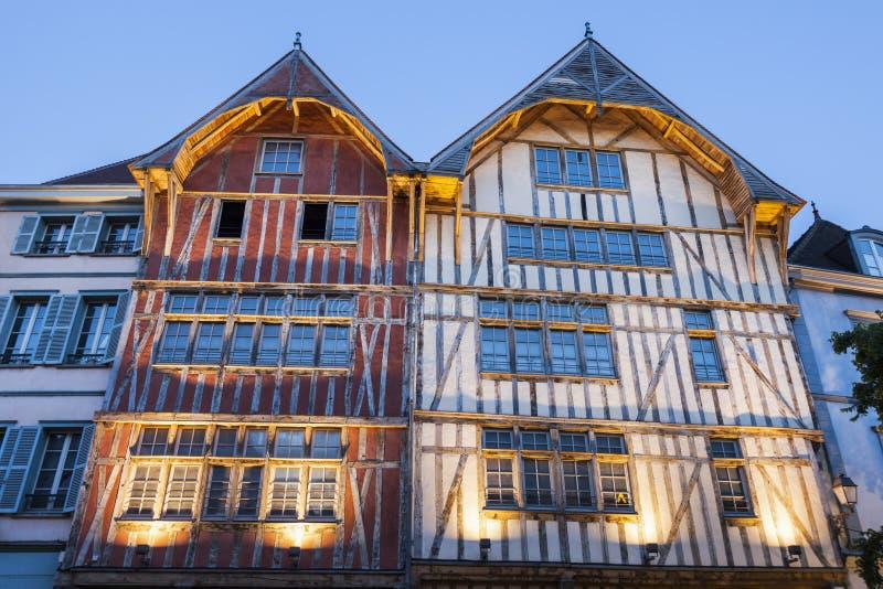Vieja arquitectura de Troyes en la noche foto de archivo libre de regalías