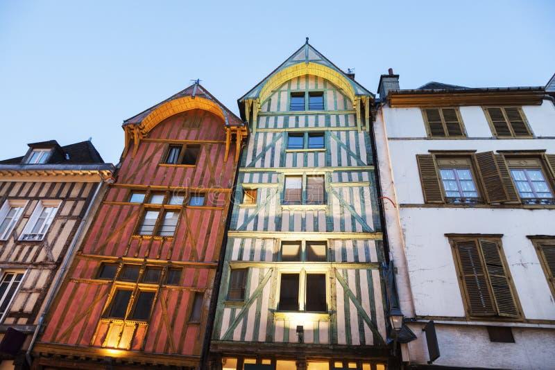 Vieja arquitectura de Troyes en la noche fotos de archivo libres de regalías