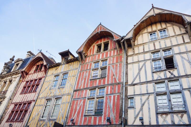 Vieja arquitectura de Troyes en la puesta del sol foto de archivo