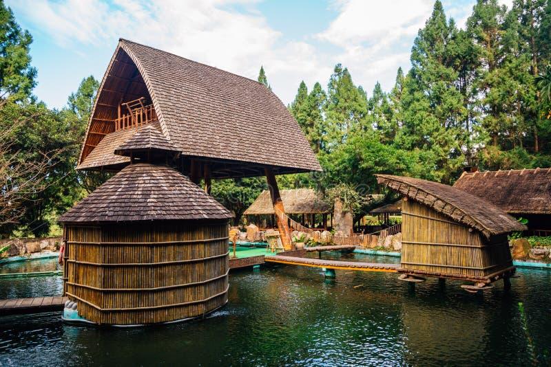 Vieja arquitectura en el parque temático aborigen formosano del pueblo de la cultura en el condado de Nantou, Taiwán fotografía de archivo