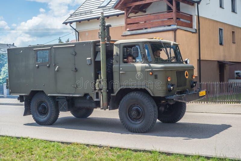 Vieja conducción militar soviética del camión GAZ fotografía de archivo