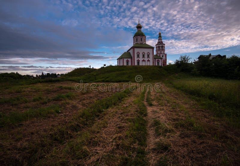Vieja configuraci?n rusa La arquitectura de Rusia antigua y de la provincia rusa Suzdal, región de Vladimir imagenes de archivo