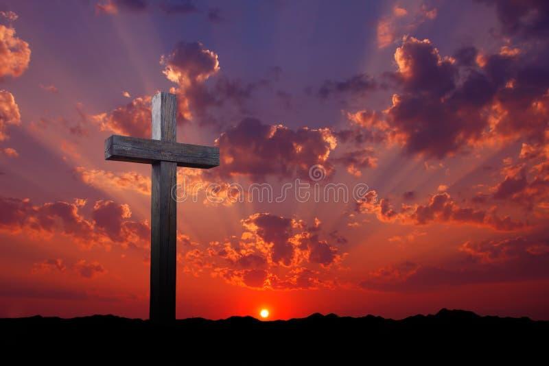 Vieja cruz de madera en la salida del sol imagen de archivo