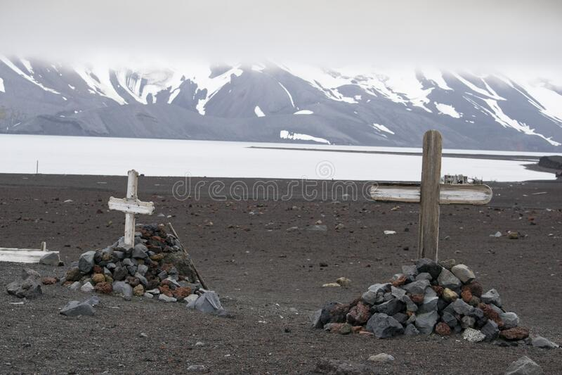 Vieja cruz de madera en la tumba, Antártida fotos de archivo