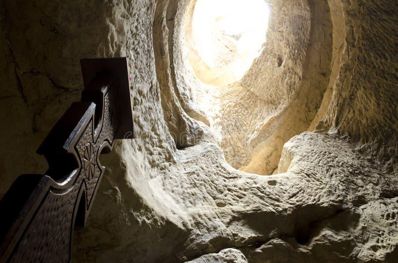 Vieja cruz de madera tradicional en una cueva fotos de archivo libres de regalías