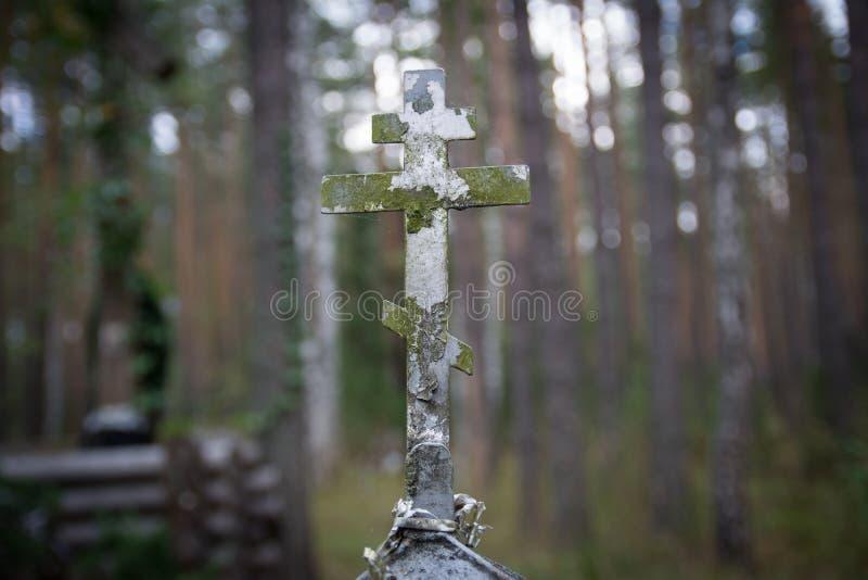 Vieja cruz oxidada del cristiano del metal fotografía de archivo